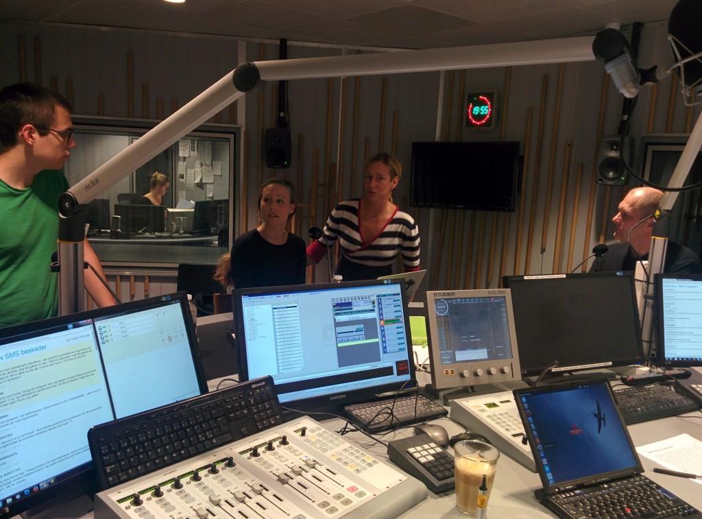 fra venstre: Alexanders Mills, Gry Hasselbalch, producer Ninette Birch og  Henrik Kramshøj. Nederst i billedet ses værtens computer.