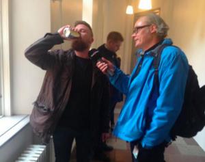 Torben Andersen med en 'gylden dame' efter dommen i Københavns Byret - th Anders Kjærulff fra Radio24syv - foto: Svend Pedersen