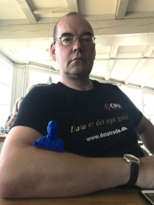 Mogens Langballe Nørgaard med sit 3d printede visitkort i blå....(det kan spises, siger han, det er lavet af majs)